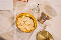 Pisside ed il calice contengono il vino e gli ospiti sull'altare della m. Immagine Stock