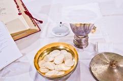 Pisside ed il calice contengono il vino e gli ospiti sull'altare della m. Immagini Stock