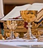 Pisside ed il calice contengono il vino e gli ospiti sull'altare della m. Fotografie Stock