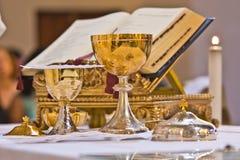 Pisside ed il calice contengono il vino e gli ospiti sull'altare della m. Fotografia Stock