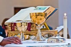 Pisside i chalice zawieramy wino i gospodarzów na ołtarzu m zdjęcia stock