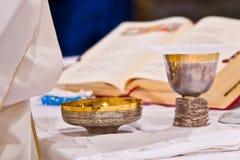 Pisside i chalice zawieramy wino i gospodarzów na ołtarzu m zdjęcie royalty free