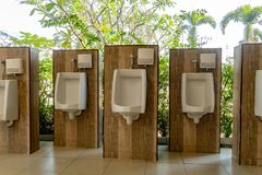 Pissoar i toaletten royaltyfri bild