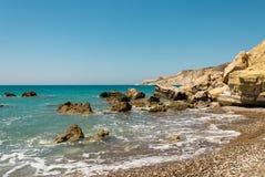 Pissouri Podpalany skalisty krajobraz blisko otoczak plaży, Cypr Obrazy Royalty Free