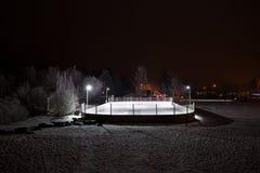 Pista al aire libre del hockey en la noche Imágenes de archivo libres de regalías