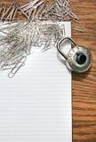 Pista blanca con los clips de papel, bloqueo de la escuela Fotografía de archivo libre de regalías