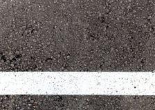 Pista branca no fundo da textura do asfalto Fotografia de Stock
