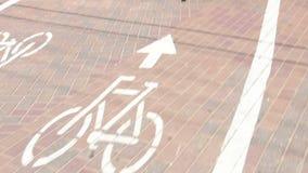 Pista ciclabile con il passaggio delle biciclette stock footage
