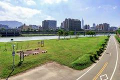 Pista ciclabile del parco della riva del fiume Immagini Stock