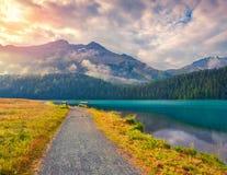 Pista ciclabile intorno al lago Champfer nelle alpi svizzere Immagini Stock