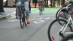 Pista ciclabile occupata del centro di Vancouver stock footage