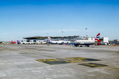 Pista con los aviones en el aeropuerto de Pulkovo en St Petersburg r Imagen de archivo libre de regalías