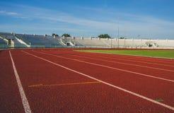 Pista corrente nello stadio di atletica e di sport immagini stock libere da diritti