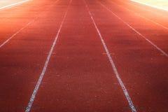 Pista corrente rossa, linea bianca nello stadio Fotografie Stock Libere da Diritti