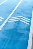 Pista corriente azul con símbolo de las flechas del thiplet Imagen de archivo libre de regalías