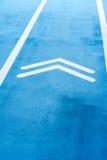 Pista corriente azul con símbolo doble de las flechas Imagen de archivo libre de regalías