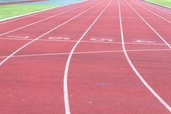 Pista corriente e hierba verde, pista corriente del atletismo directo Fotografía de archivo libre de regalías