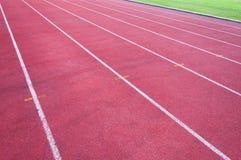 Pista corriente e hierba verde, pista corriente del atletismo directo Imagen de archivo libre de regalías