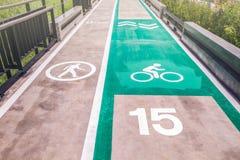 Pista da caminhada e da bicicleta com limite de velocidade Sinais para a bicicleta e o walki Fotos de Stock