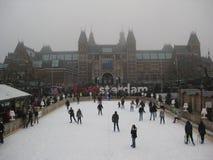 A pista da patinagem no gelo e o sinal atrás do Rijskmuseum, Países Baixos de Amsterdão foto de stock
