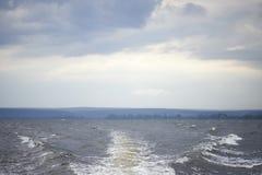 Pista dalla barca sulla superficie del relitto durante il tuono Immagini Stock