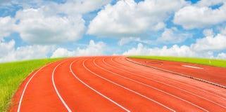Pista de atletismo com o céu azul Fotos de Stock Royalty Free