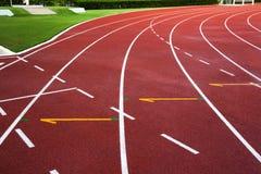 Pista de atletismo nova com sumário da grama verde, textura, fundo. imagens de stock