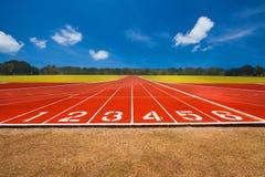 Pista de atletismo sobre o céu azul e as nuvens Imagem de Stock