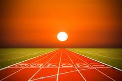 Pista de atletismo sobre o tempo do por do sol ou do nascer do sol Fotografia de Stock