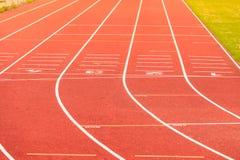 Pista de atletismo vermelha no estádio Foto de Stock Royalty Free