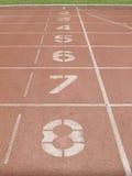Pista de atletismo vermelha no estádio no ponto de partida Fotografia de Stock