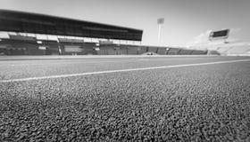 Pista de atletismo vermelha no estádio, preto e branco Imagens de Stock Royalty Free