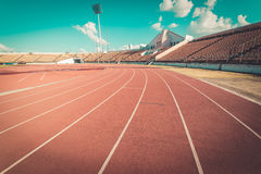 Pista de atletismo vermelha no estádio, vintage Imagens de Stock