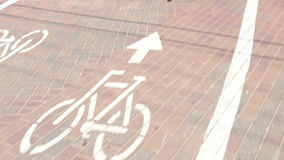 Pista de bicicleta com passagem das bicicletas filme