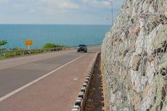 Pista de bicicleta com ponto de vista do Seascape da estrada ao longo do mar em Kung Wiman Bay imagem de stock royalty free