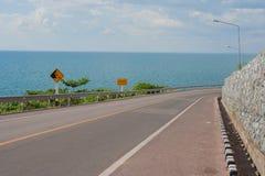Pista de bicicleta com ponto de vista do Seascape da estrada ao longo do mar em Kung Wiman Bay fotos de stock royalty free
