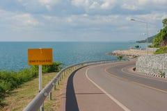 Pista de bicicleta com ponto de vista do Seascape da estrada ao longo do mar em Kung Wiman Bay imagens de stock royalty free