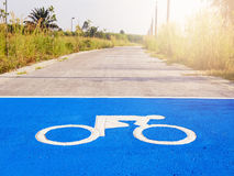 Pista de bicicleta do sinal da bicicleta no parque exterior Imagens de Stock
