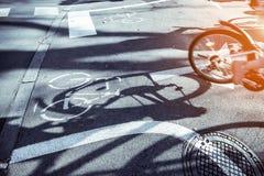 Pista de bicicleta na estrada do cimento na cidade Imagem de Stock