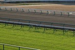 Pista de carrera de caballos del césped y de la suciedad fotos de archivo