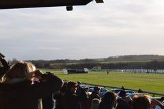 Pista de carrera de caballos con el sol pesado imágenes de archivo libres de regalías