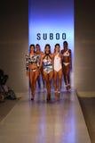 Pista de decolagem da caminhada dos modelos no desfile de moda de Suboo durante a nadada 2015 de MBFW Fotografia de Stock