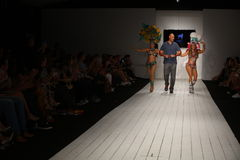 Pista de decolagem das caminhadas de Gil Even do desenhista com os dançarinos no desfile de moda de CA-RIO-CA Fotografia de Stock Royalty Free