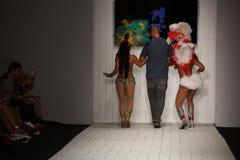 Pista de decolagem das caminhadas de Gil Even do desenhista com os dançarinos no desfile de moda de CA-RIO-CA Fotos de Stock Royalty Free