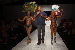 Pista de decolagem das caminhadas de Gil Even do desenhista com os dançarinos no desfile de moda de CA-RIO-CA Foto de Stock Royalty Free