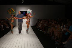 Pista de decolagem das caminhadas de Gil Even do desenhista com os dançarinos no desfile de moda de CA-RIO-CA Foto de Stock