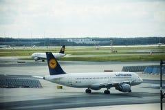 Pista de decolagem do aeroporto internacional de Francoforte em Francoforte, Alemanha Foto de Stock