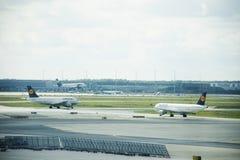 Pista de decolagem do aeroporto internacional de Francoforte em Francoforte, Alemanha Fotografia de Stock Royalty Free