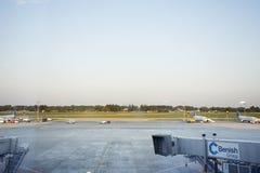 Pista de decolagem do aeroporto internacional de Francoforte em Francoforte, Alemanha Fotos de Stock Royalty Free