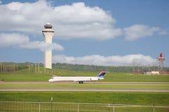 Pista de decolagem e torre de controlo do aeroporto Fotos de Stock Royalty Free